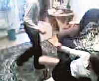 Озверевшие школьницы снимают пытки одноклассниц на видео