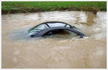 Спутниковая навигация направила водителя Mercedes в реку