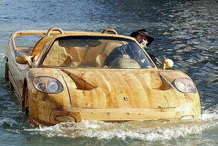 По Венеции плавают автомобили из дерева (6 фото)