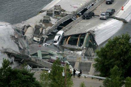 В Миннеаполисе обрушился мост через Миссисипи (25 фото)
