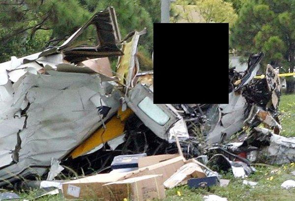 Пилот после аварийного приземления (2 фото)