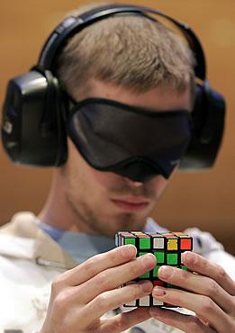 Мастера по кубикам-рубикам в Будапеште (8 фото)
