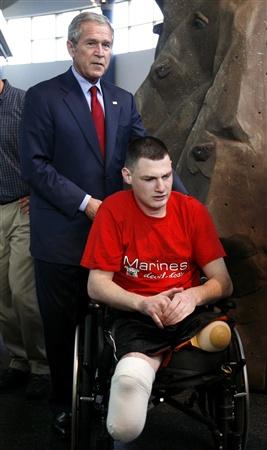 Буш в госпитале для ветеранов войны в Ираке (7 фото)