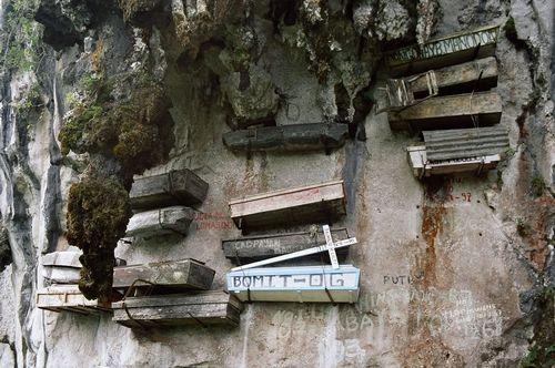Гробы на скалах (8 фото)