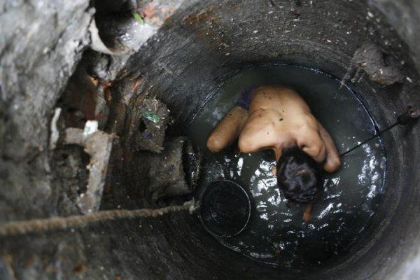 Работа чистильщиков сточных канав в Индии