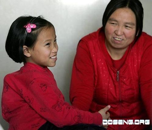 В Китае прооперировали трехрукую девочку (7 фото)