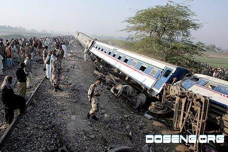 Авария пассажирского поезда в Пакистане (7 фото)