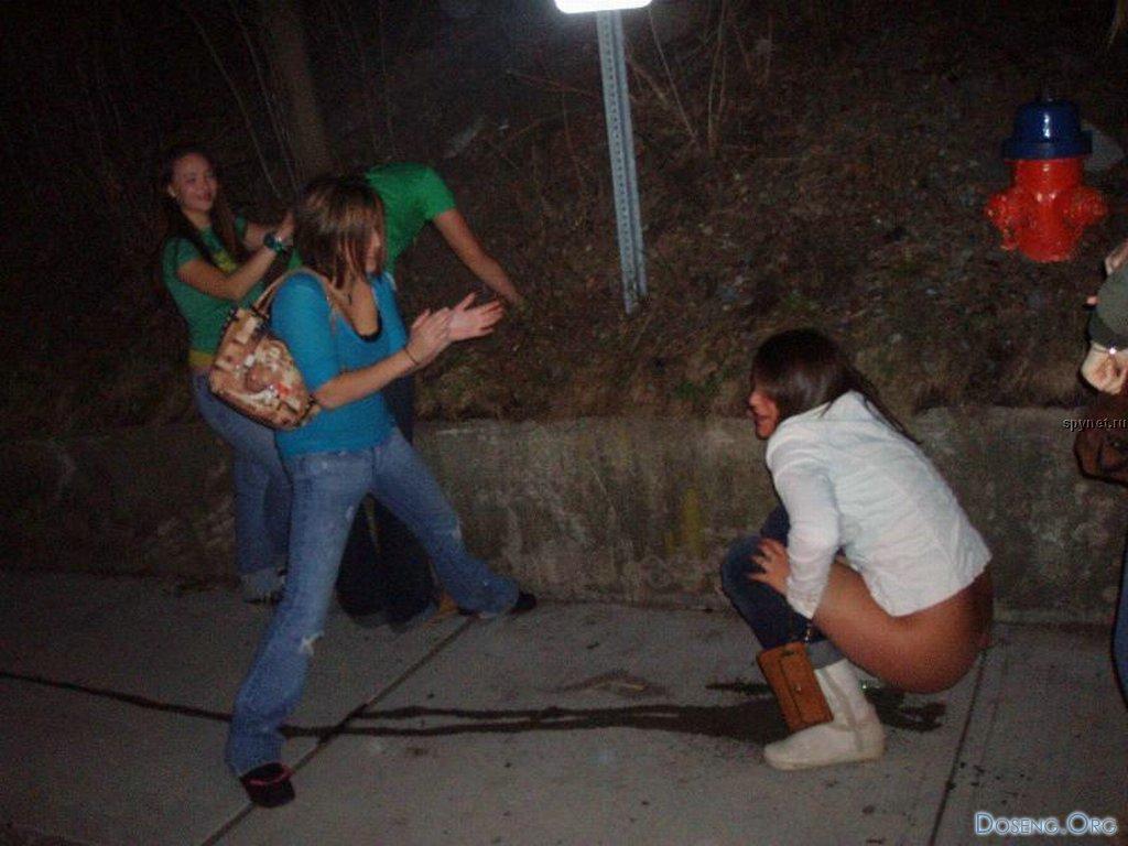 пьяные женщины мочатся
