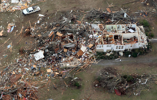 Последствия разрушительного торнадо в США (7 фото)