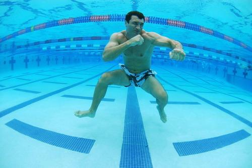 Кличко тренируется под водой (2 фото)