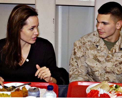 Анжелина Джоли в Ираке (11 фото)