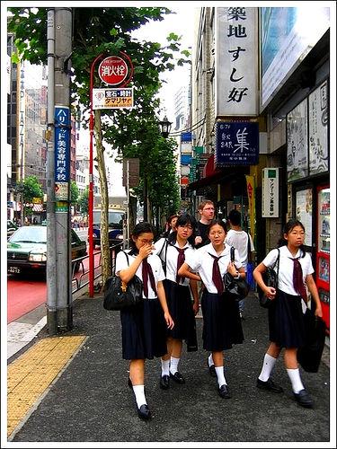 Японские школьницы узурпируют туалеты для инвалидов, торгуют там трусами