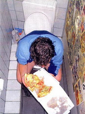 Скрытая камера! Что люди делают в туалете