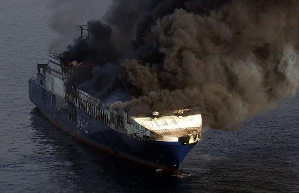 Турецкое судно горело 3 дня (10 фото)