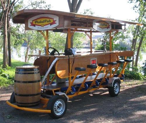 Педальный бар перевозит выпивох без отрыва от застолья