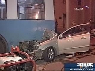 На юге Москвы Opel протаранил троллейбус