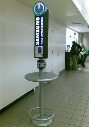 Samsung расставляет зарядные устройства в аэропортах