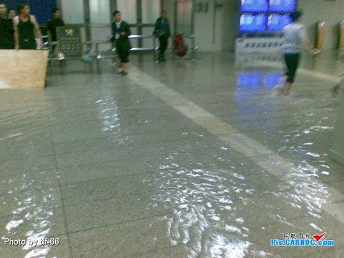 Китайский аэропорт превратился в порт (12 фото)