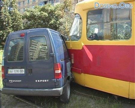 Микроавтобус Пежо влетел в трамвай