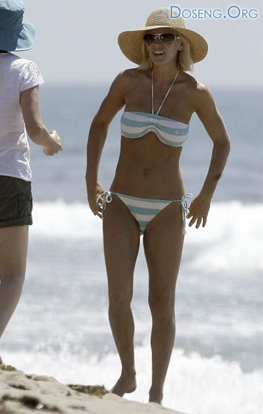 Дженни Маккарти на пляже (10 фото)