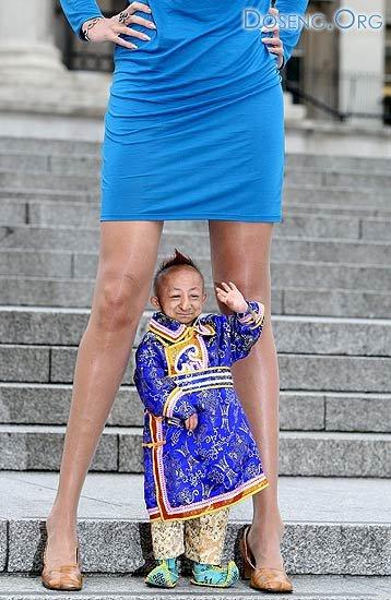 Встреча самого маленького человека в мире Хэ Пинпина и самых длинных ног в  ...