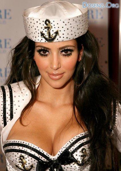 Ким Кардашиан в сексуальном наряде морячки
