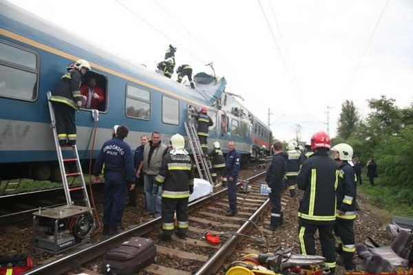 В Венгрии столкнулись два пассажирских поезда (37 фото)