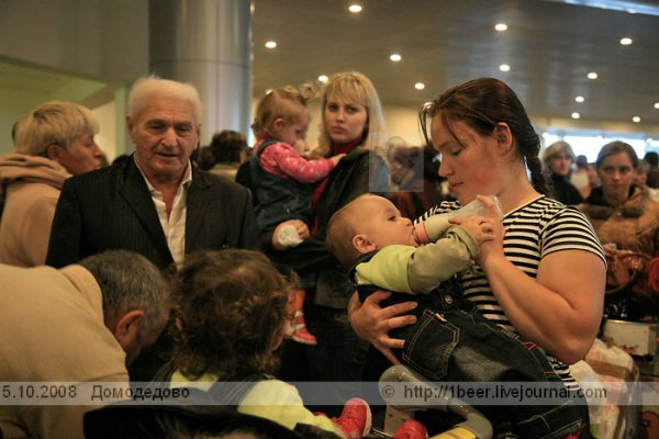 Авиакомпания не жалеет ни детей, ни стариков (10 фото)