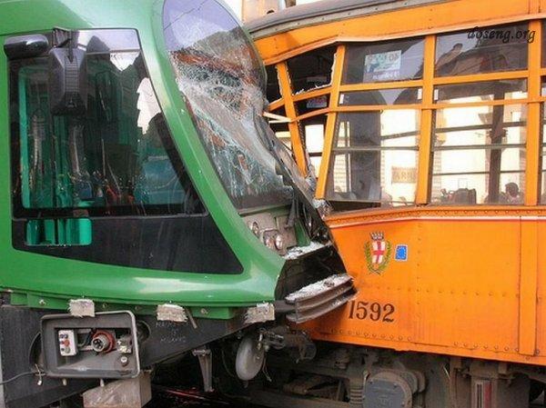 Жесть! Авария трамваев в Милане (8 фото)