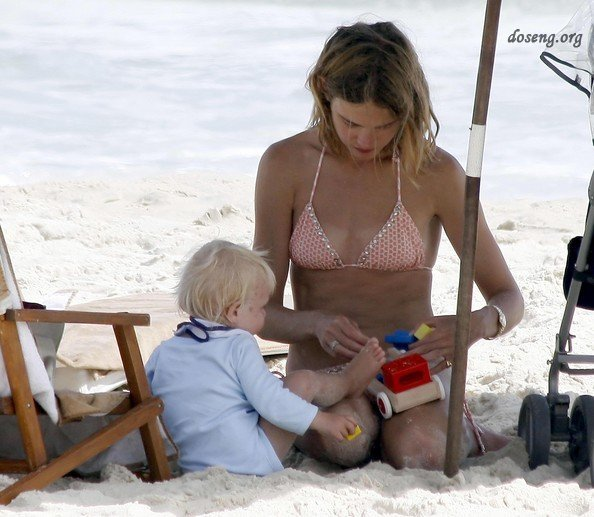 Наталья Водянова на пляже (18 фото)