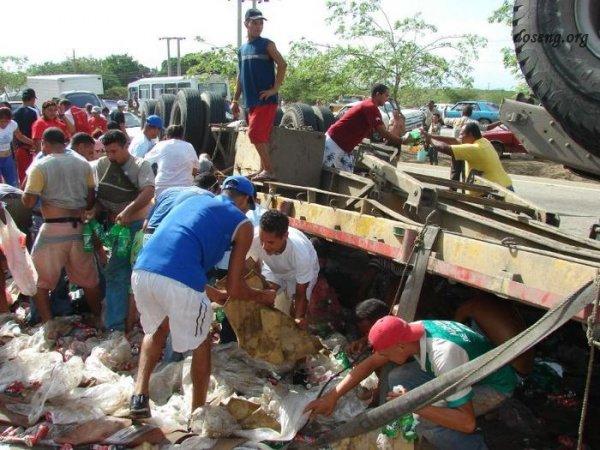 В Аргентине на днях перевернулся грузовик с напитками и едой