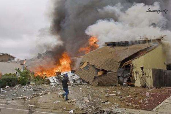 Американский истребитель упал на жилые дома