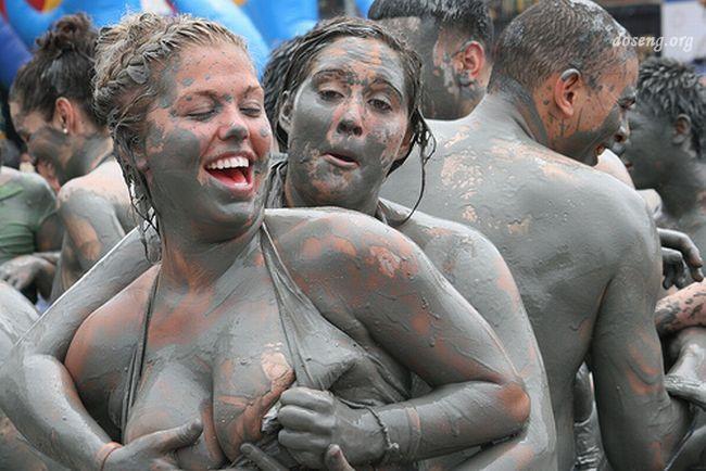 Бой голых девушек в грязи