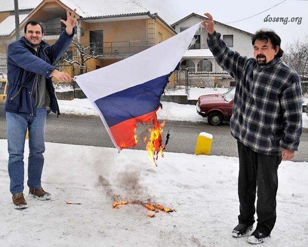 Замерзающие сербы сожгли российский флаг