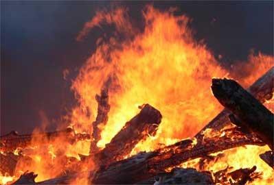 От непотушенного окурка сгорел дом пока хозяева были на собрании для тех, к ...