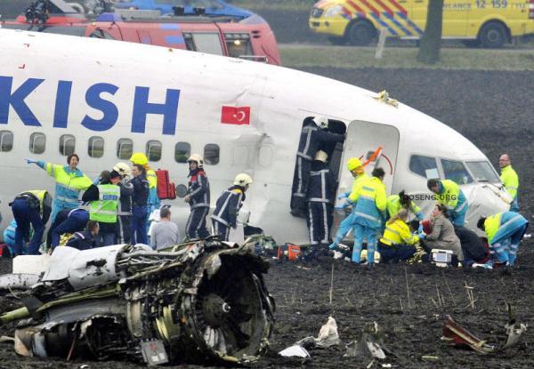 В аэропорту Амстердама упал самолет (17 фото)