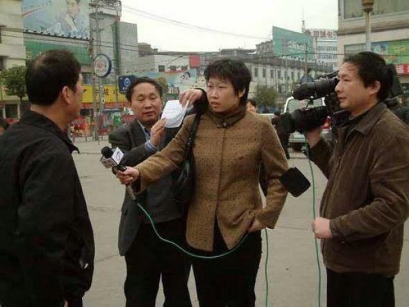 Как проводят опросы на улицах в Китае (4 фото)