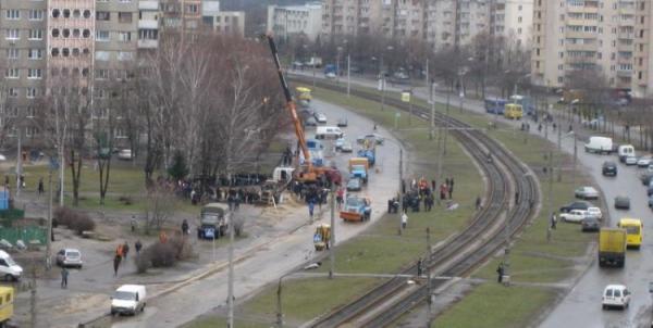 В Киеве машина ушла под асфальт