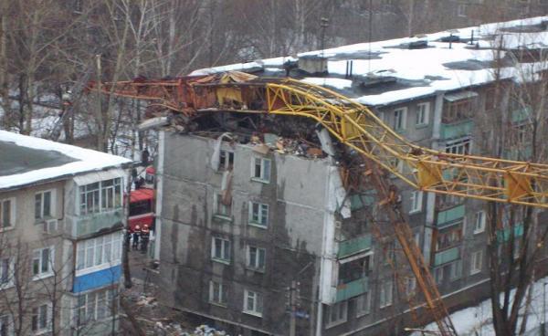 Ужас! В Нижнем Новгороде упал кран (7 фото)