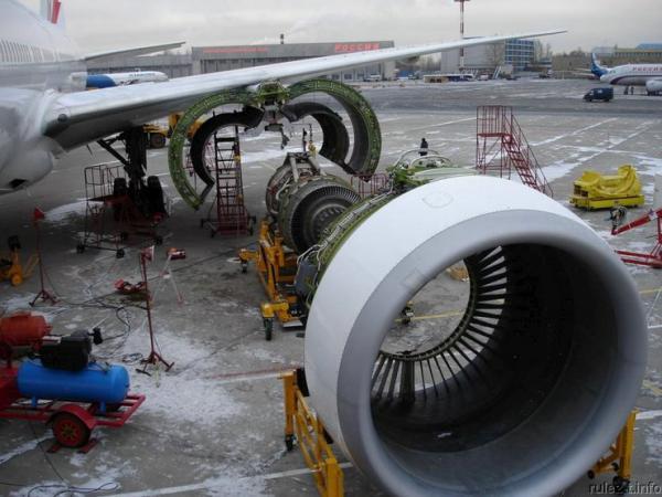 Замена двигателя в самолете (6 фото)