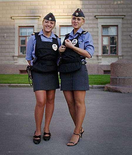 Красивые парни в полицейской форме