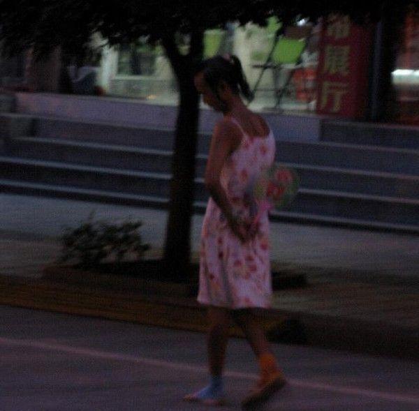 видео девушки гуляют по городу с хорошей фигурой