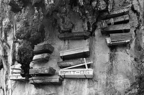 Наскальное кладбище (8 фото)