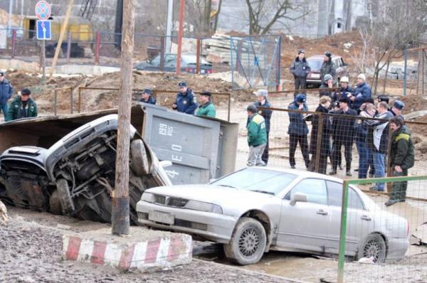 Под землю провалились четыре автомобиля (18 фото)