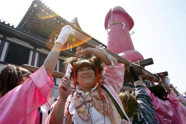 Фестиваль Канамара (4 фото)