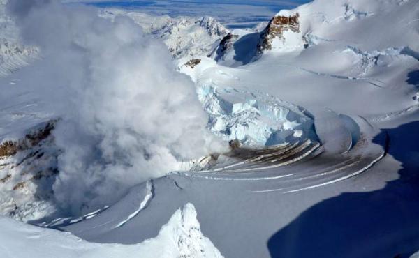 На Аляске произошло извержение вулкана (27 фото)