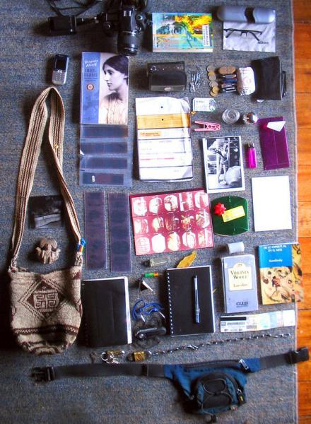 Что скрывают женщины в своих сумочках (50 фото).  Флэшки.