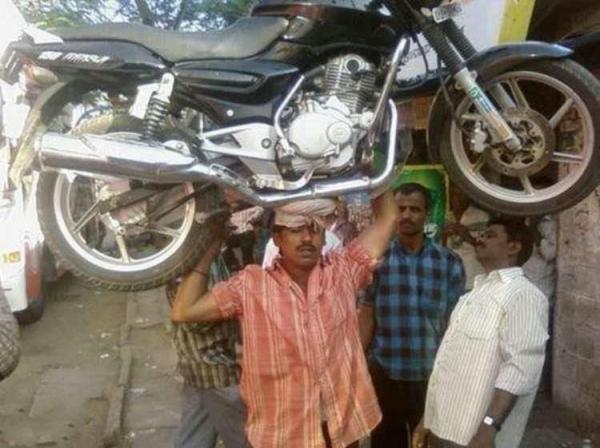 Как поставить мотоцикл на автобус (2 фото)