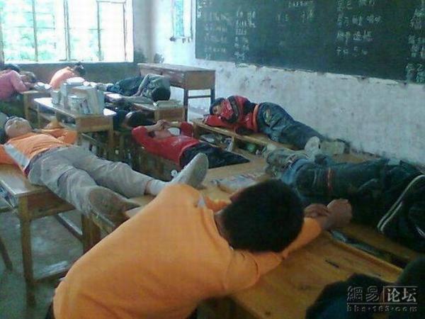Тихий час в одной из китайских школ (4 фото)
