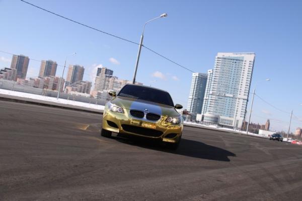 Золотая BMW M5 (11 фото)